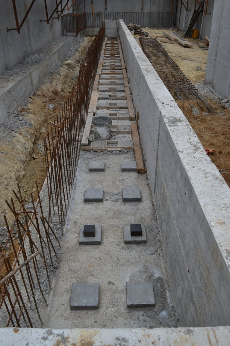 View of the slab craddle, with two anti-seismic pads placed